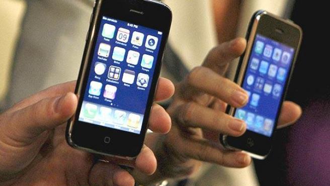 Un usuario muestra su iPhone.