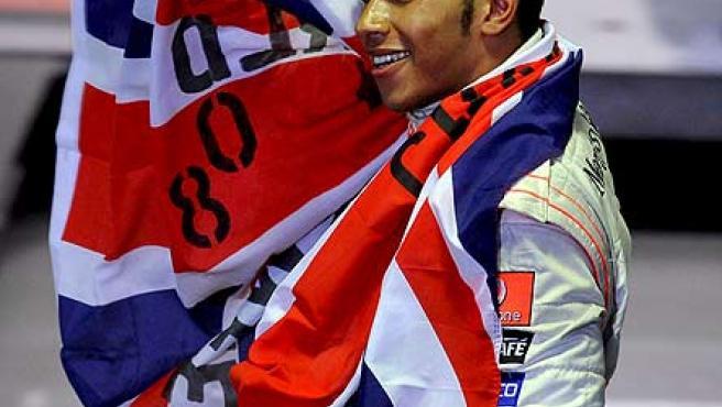 Lewis Hamilton celebra su título mundial.