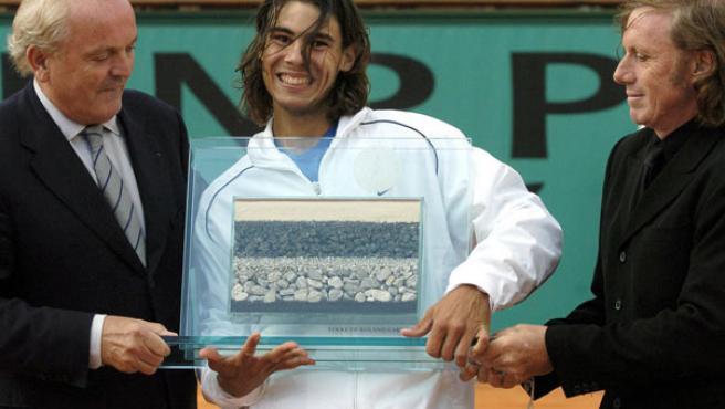 Rafa Nadal y Guillermo Vilas (d), en la entrega del premio al récord de victorias en tierra batida. (EFE)
