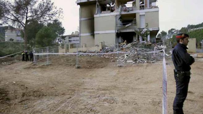Aspecto que presenta el edificio de viviendas de Gavá que resultó destrozado por una explosión de gas.