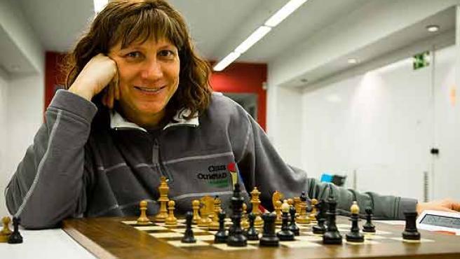 Natalia Parés mueve ficha en el tablero de ajedrez.