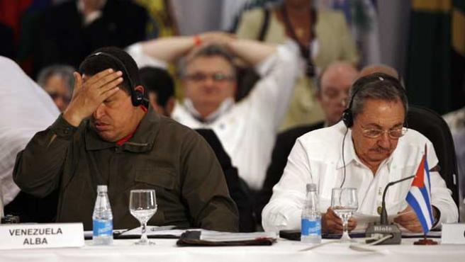 Los presidentes de Venezuela, Hugo Chávez, y Cuba, Raúl Castro, este martes, en la I Cumbre de América Latina y el Caribe (EFE)