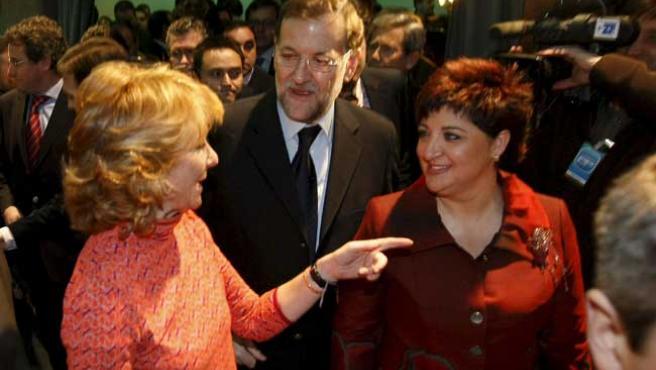 Mariano Rajoy, Esperanza Aguirre y la alcaldesa de Ciempozuelos, M. Ángeles Herrera, este martes, en Ciempozuelos (F. ALVARADO / EFE)