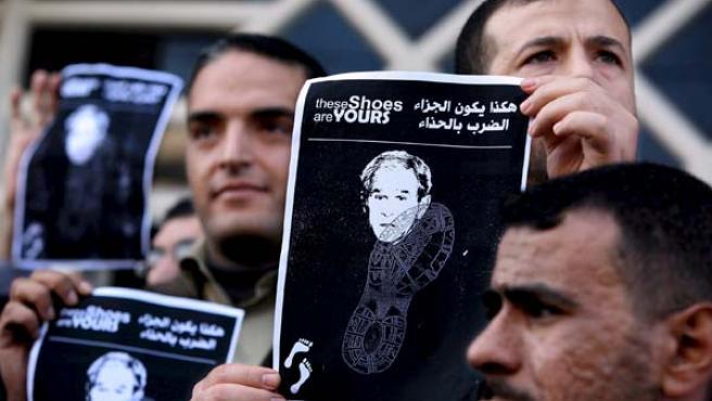 Una imagen de Bush, pisoteada en una protesta en Gaza (EFE).
