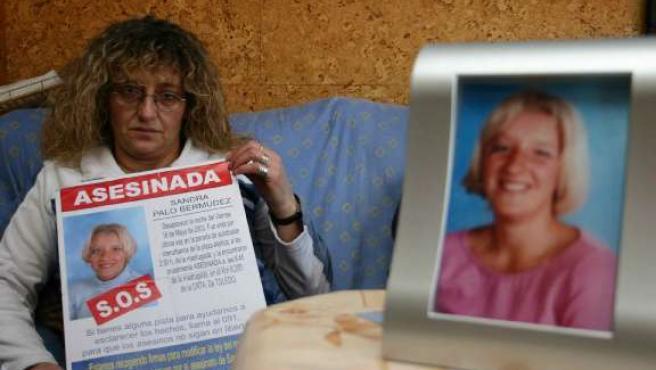 La madre de Sandra Palo, con un cartel denunciando el asesinato de su hija, en una imagen de archivo.