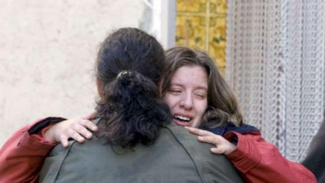 La madre llora desconsolada tras conocer la muerte de su hijo.