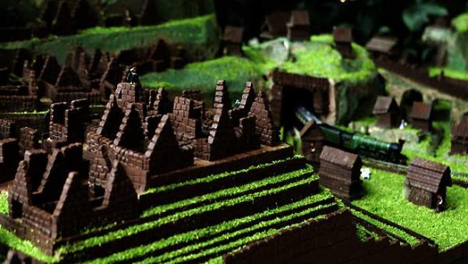 Un nacimiento de chocolate que tiene como escenario la ciudadela inca de Machu Picchu. (Paolo Aguilar / EFE).