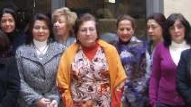 Las diseñadoras junto a las mujeres participantes en el curso