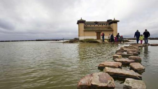 Un grupo de turistas abandona uno de los observatorios de aves en una de las lagunas de Villafáfila. (ICAL)