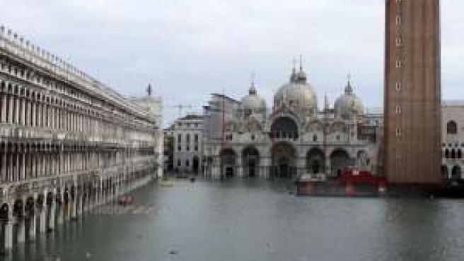 Plaza de San Marcos en Venecia (con la basílica y el campanerio), tras la reciente inundación.