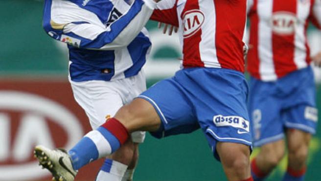 El delantero argentino del Atlético, Kun Agüero (d), da un manotazo al defensa del Espanyol, Marc Torrejón (i), en la 2007/2008. (JUAN CARLOS HIDALGO / EFE)