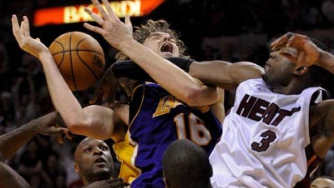 Pau Gasol y Dwyane Wade en una acción del partido entre Los Angeles Lakers y Miami Heat.