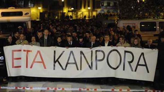 Manifestación de condena celebrada en Azpeitia tras el asesinato de Ignacio Uria. REUTERS