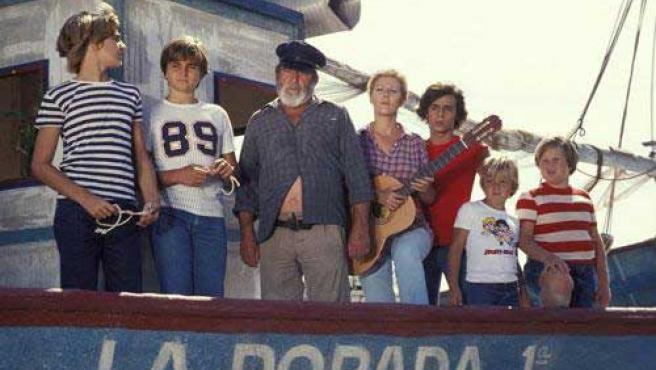 La pandilla de 'Verano azul', junto a Julia y Chanquete a bordo de La Dorada.