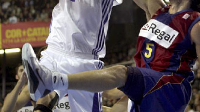 El jugador del Real Madrid, Álex Mumbrú (i), pelea un rebote con Gianluca Basille (d), del Regal FC Barcelona. (EFE)