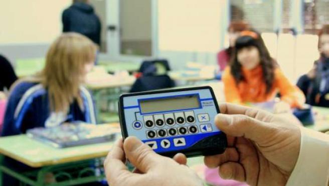 Un profesor del IES Tiempos Modernos pasa lista a sus alumnos.