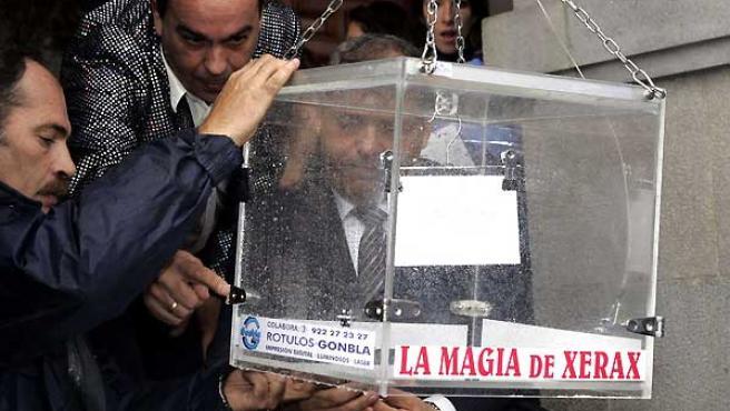 Momento en el que el mago Xerax coloca el número del Gordo en la urna. (Jonay Rodríguez / La Opinión de Tenerife).