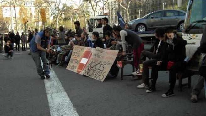 Los estudiantes universitarios hacen clase en la Gran Via de Barcelona.