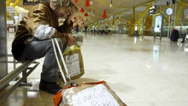 Manuel, esperando a su perro en Barajas. (ARCHIVO)
