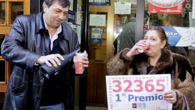 María Jesús Villar Isla, la lotera soriana que vendió el Gordo de la Lotería de Navidad, lo celebra en la puerta de su negocio.