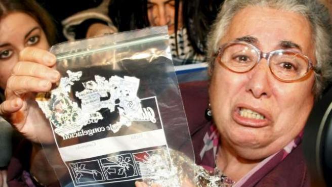 Mari Carmen, con su décimo de lotería roto