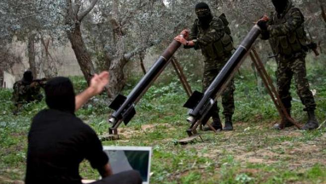 Miembros de la Yihad Islámica preparan sus misiles para disparar sus cohetes contra Israel desde Gaza.