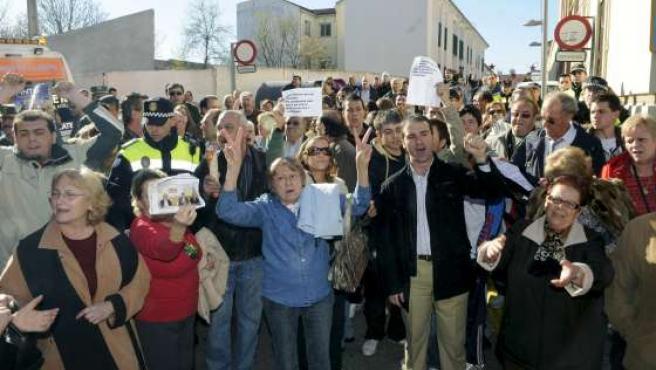Simpatizantes del PP de Pinto increpan a los concejales socialistas. (EFE)