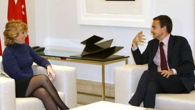 Zapatero recibe a Esperanza Aguirre en la Moncloa. (EFE)