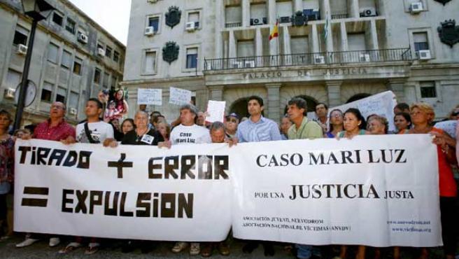 La familia de Mari Luz, en una de las protestas contra Tirado (EFE).