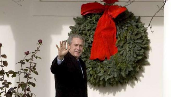 El presidente de los EE UU saluda desde la puerta de la Casa Blanca.