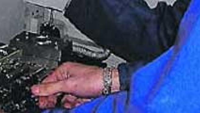 Un empleado en una empresa de mecánica.