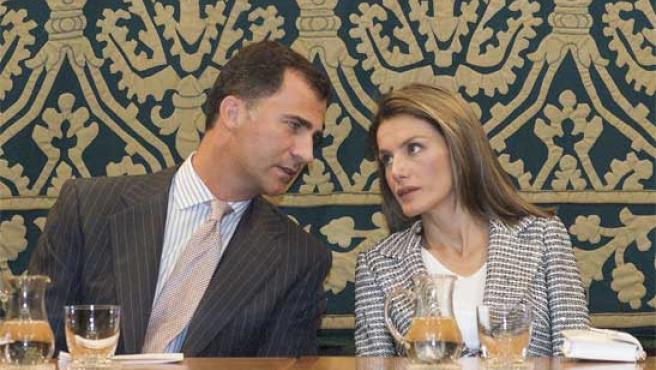 Los Príncipes de Asturias charlan durante un acto en Cuenca (Foto: EFE).