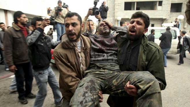 Uno de los heridos tras el bombardeo masivo de Israel sobre Gaza. (REUTERS)