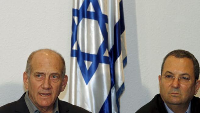 El primer ministro de Israel, Edhud Olmert, y el ministro de Exteriores, Ehud Barak, poco después del ataque de este sábado.
