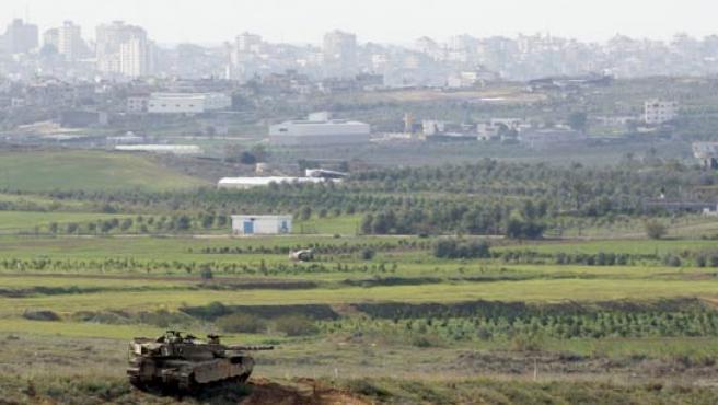 Un blindado israelí patrulla este sábado el norte de Gaza. (REUTERS)