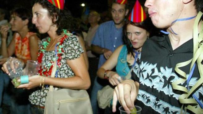 Un grupo de personas reunidas para recibir el año comiendo uvas. (ARCHIVO)