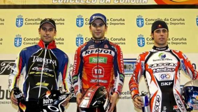 Los pilotos Toni Bou (centro), Albert Cabestany (izquierda) y Adam Raga posan en el podio de la quinta y última prueba puntuable del campeonato de España de trial en pista cubierta (EFE).