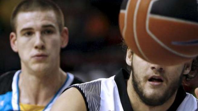 Nick Caner-Medley (izda), del Cajasol, y Kaloyan Ivanov, del Vive Menorca, fotografiados durante la decimoquinta jornada de la ACB 2008-09 (EFE)