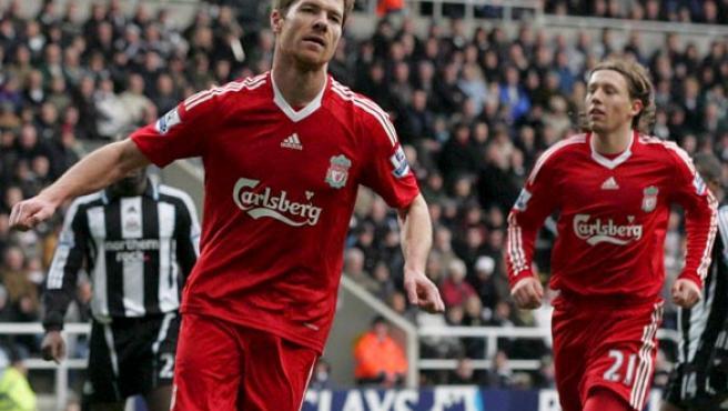 El español Xabi Alonso (i), del Liverpool, celebra su gol contra el Newcastle. (EFE)