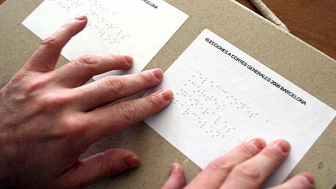Una persona ciega leyendo un documento en braille. (ARCHIVO)