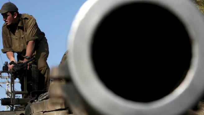 Un soldado israelí prepara munición para su tanque antes de iniciar una nueva acción contra Hamás al sur de Gaza.
