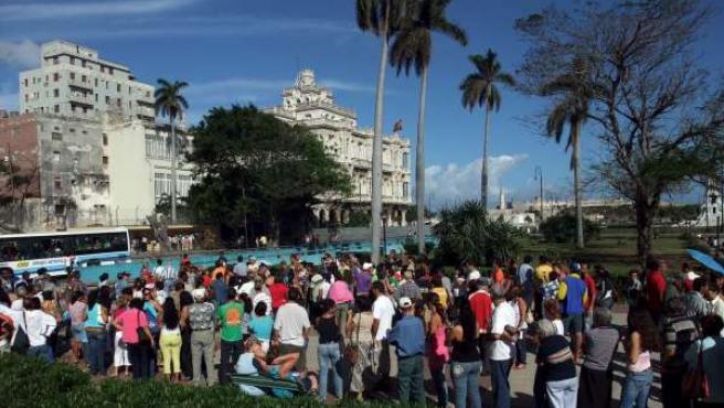 Colas ante el consulado español en La Habana.