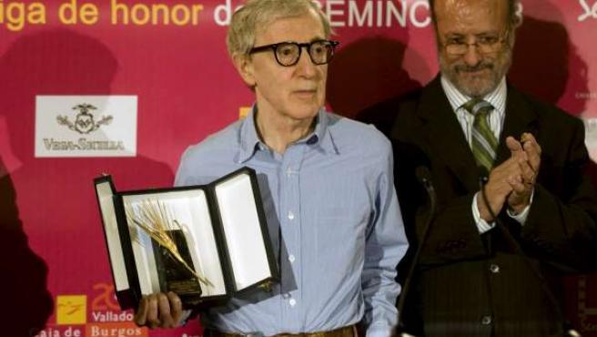 El cineasta norteamericano Woody Allen, recibió la Espiga de Oro de manos del alcalde de Valladolid.