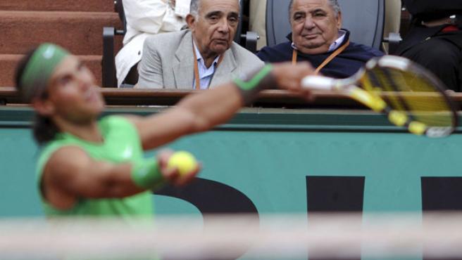Pedro Muñoz (dcha.) ve jugar a Nadal en el Roland Garros 08. (EFE)