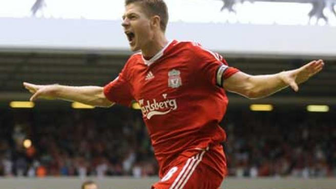 Steven Gerrard celebra el gol de la victoria del Liverpool.