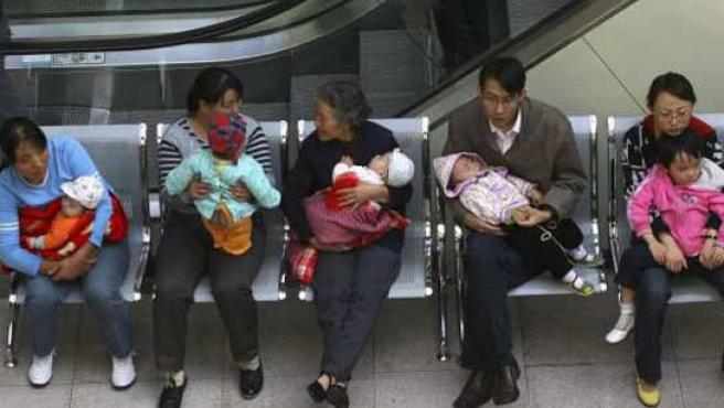 El pánico por el caso de la leche adulterada provocó colas en los hospitales chinos. (REUTERS)