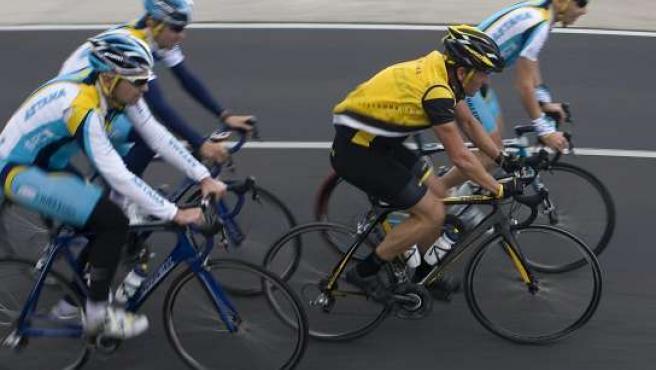 Lance Armstrong, fotografiado con sus compañeros del Astaná en la primera jornada de entrenamientos por las carreteras de Tenerife (SANTIAGO FERRERO / REUTERS)