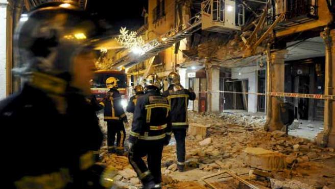 Integrantes del cuerpo de bomberos en el lugar en el que se ha producido el derrumbe. (EFE)