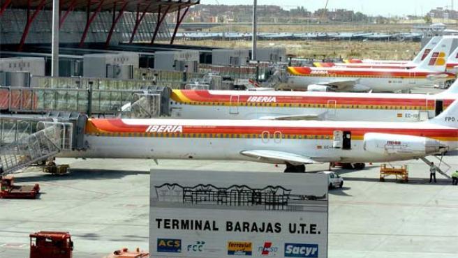 Aviones de Iberia en la terminal madrileña de Barajas (ARCHIVO).