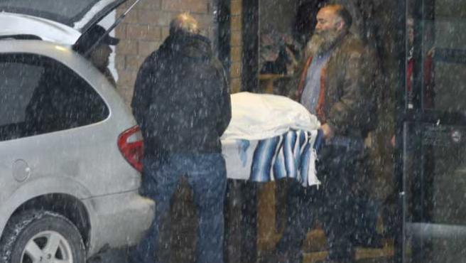 El cadáver de una de las víctimas de las avalanchas de nieve, ocurridas en la Columbia Británica, Canadá (AP)